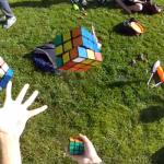 Increíble, un hombre resuelve 3 cubos de rubik mientras hace malabares con ellos