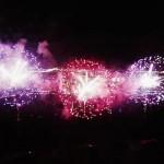 Un dron graba un espectáculo de fuegos artificiales desde el aire